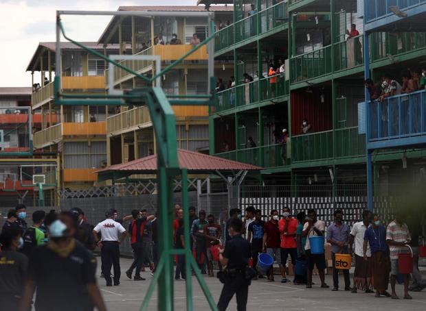 Cuộc sống bên trong ổ dịch Covid-19 lớn nhất Singapore: Hàng ngàn dân nhập cư sống chen chúc, chỉ cần 1 người nhiễm là quá đủ - Ảnh 8.