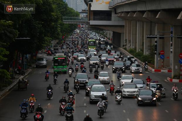 Ảnh: Ngày đầu tiên sau khi nới lỏng cách ly xã hội, đường phố Hà Nội đông đúc kéo dài, người dân chật vật đi làm dưới mưa - Ảnh 8.