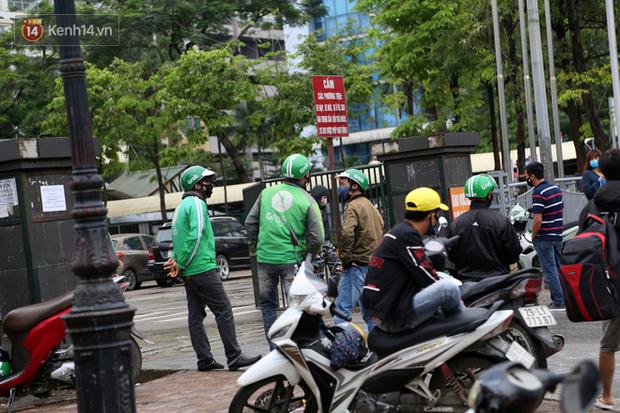Tài xế xe ôm, taxi trong ngày đầu nới lỏng giãn cách xã hội tại Hà Nội: Hào hứng đi làm lại nhưng chờ từ sáng đến trưa chẳng có khách nào - Ảnh 8.