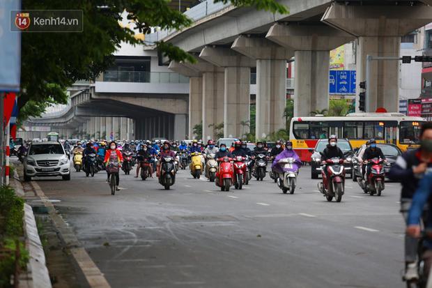 Ảnh: Ngày đầu tiên sau khi nới lỏng cách ly xã hội, đường phố Hà Nội đông đúc kéo dài, người dân chật vật đi làm dưới mưa - Ảnh 9.