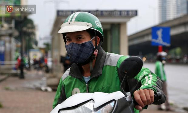 Tài xế xe ôm, taxi trong ngày đầu nới lỏng giãn cách xã hội tại Hà Nội: Hào hứng đi làm lại nhưng chờ từ sáng đến trưa chẳng có khách nào - Ảnh 10.