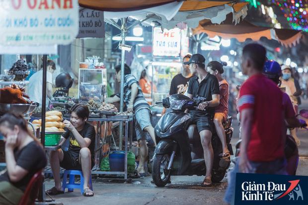 """Hàng quán tại khu chợ bình dân nức tiếng nhất Sài Gòn hậu cách ly xã hội: Cảnh tấp nập đã trở lại, người bán và mua vẫn """"đề phòng là trên hết"""" - Ảnh 1."""