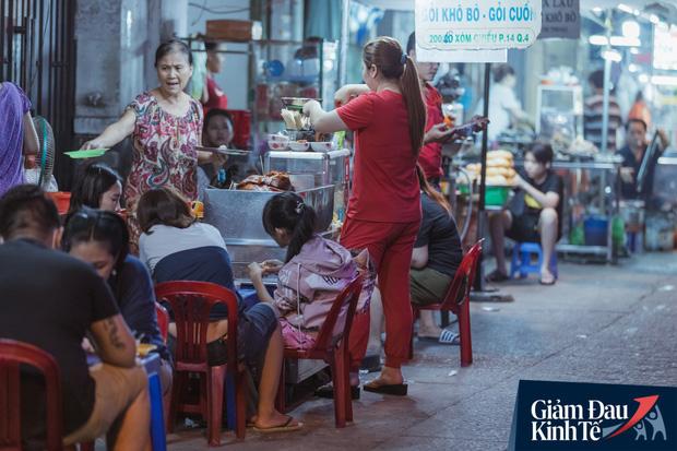 """Hàng quán tại khu chợ bình dân nức tiếng nhất Sài Gòn hậu cách ly xã hội: Cảnh tấp nập đã trở lại, người bán và mua vẫn """"đề phòng là trên hết"""" - Ảnh 2."""