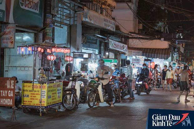 """Hàng quán tại khu chợ bình dân nức tiếng nhất Sài Gòn hậu cách ly xã hội: Cảnh tấp nập đã trở lại, người bán và mua vẫn """"đề phòng là trên hết"""" - Ảnh 4."""