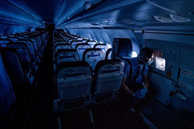 Chùm ảnh: Những chuyến bay chở theo nỗi buồn nặng trĩu của thế giới, chỉ còn một số hành khách đặc biệt tiếp tục bay giữa dịch Covid-19 - Ảnh 1.