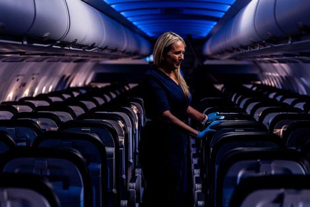 Chùm ảnh: Những chuyến bay chở theo nỗi buồn nặng trĩu của thế giới, chỉ còn một số hành khách đặc biệt tiếp tục bay giữa dịch Covid-19 - Ảnh 2.