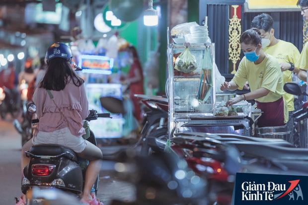 """Hàng quán tại khu chợ bình dân nức tiếng nhất Sài Gòn hậu cách ly xã hội: Cảnh tấp nập đã trở lại, người bán và mua vẫn """"đề phòng là trên hết"""" - Ảnh 13."""
