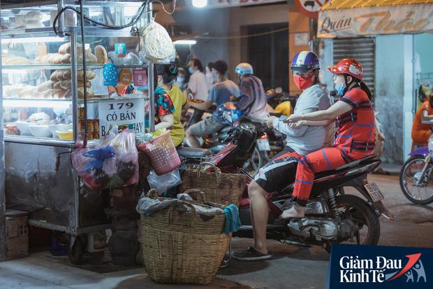 """Hàng quán tại khu chợ bình dân nức tiếng nhất Sài Gòn hậu cách ly xã hội: Cảnh tấp nập đã trở lại, người bán và mua vẫn """"đề phòng là trên hết"""" - Ảnh 14."""