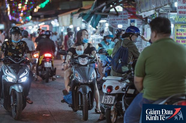 """Hàng quán tại khu chợ bình dân nức tiếng nhất Sài Gòn hậu cách ly xã hội: Cảnh tấp nập đã trở lại, người bán và mua vẫn """"đề phòng là trên hết"""" - Ảnh 15."""
