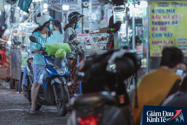 """Hàng quán tại khu chợ bình dân nức tiếng nhất Sài Gòn hậu cách ly xã hội: Cảnh tấp nập đã trở lại, người bán và mua vẫn """"đề phòng là trên hết"""" - Ảnh 16."""