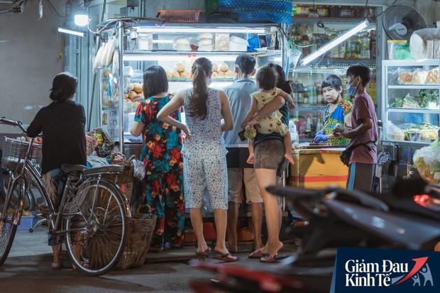 """Hàng quán tại khu chợ bình dân nức tiếng nhất Sài Gòn hậu cách ly xã hội: Cảnh tấp nập đã trở lại, người bán và mua vẫn """"đề phòng là trên hết"""" - Ảnh 5."""