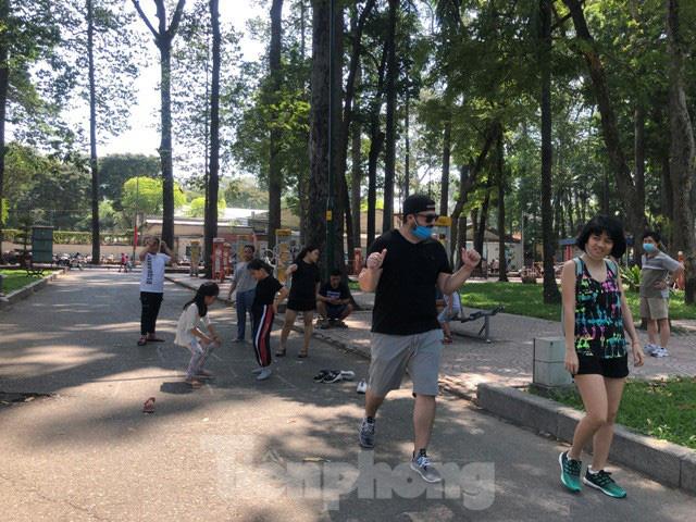 Người Sài Gòn thư giãn cuối tuần sau thời gian cách ly xã hội - Ảnh 3.  Người Sài Gòn thư giãn cuối tuần sau thời gian 'cách ly xã hội' photo 2 1587897168577980771359