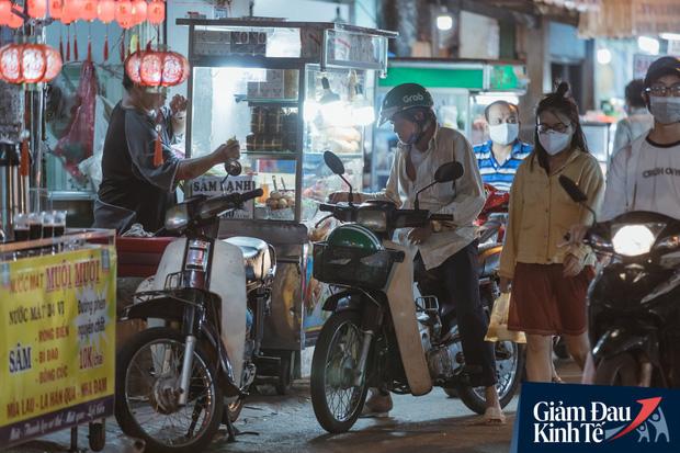 """Hàng quán tại khu chợ bình dân nức tiếng nhất Sài Gòn hậu cách ly xã hội: Cảnh tấp nập đã trở lại, người bán và mua vẫn """"đề phòng là trên hết"""" - Ảnh 6."""