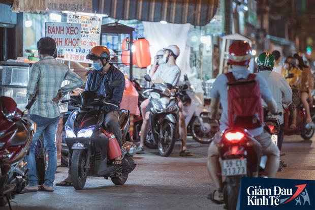 """Hàng quán tại khu chợ bình dân nức tiếng nhất Sài Gòn hậu cách ly xã hội: Cảnh tấp nập đã trở lại, người bán và mua vẫn """"đề phòng là trên hết"""" - Ảnh 7."""