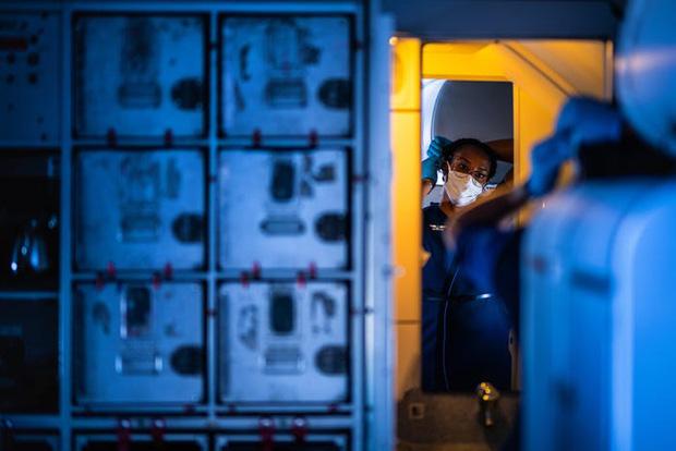 Chùm ảnh: Những chuyến bay chở theo nỗi buồn nặng trĩu của thế giới, chỉ còn một số hành khách đặc biệt tiếp tục bay giữa dịch Covid-19 - Ảnh 5.