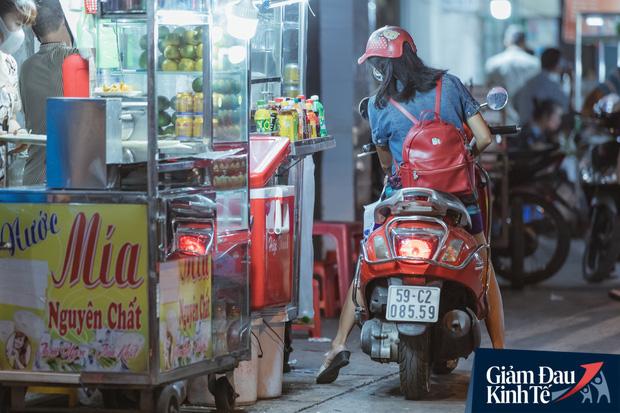 """Hàng quán tại khu chợ bình dân nức tiếng nhất Sài Gòn hậu cách ly xã hội: Cảnh tấp nập đã trở lại, người bán và mua vẫn """"đề phòng là trên hết"""" - Ảnh 8."""