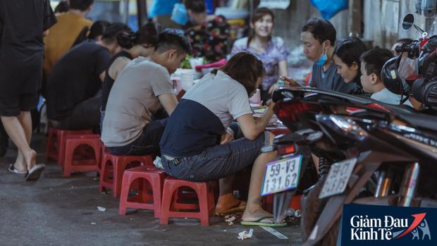 """Hàng quán tại khu chợ bình dân nức tiếng nhất Sài Gòn hậu cách ly xã hội: Cảnh tấp nập đã trở lại, người bán và mua vẫn """"đề phòng là trên hết"""" - Ảnh 9."""