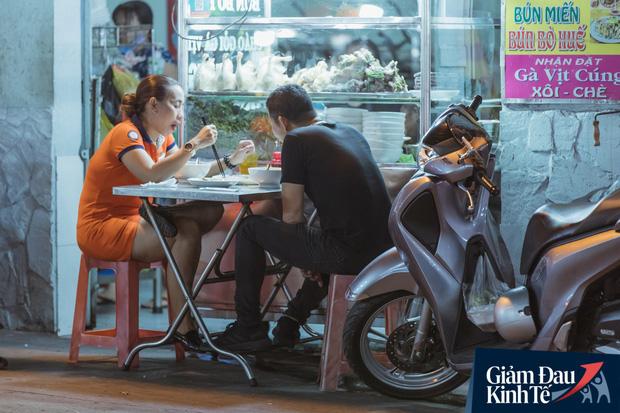 """Hàng quán tại khu chợ bình dân nức tiếng nhất Sài Gòn hậu cách ly xã hội: Cảnh tấp nập đã trở lại, người bán và mua vẫn """"đề phòng là trên hết"""" - Ảnh 10."""