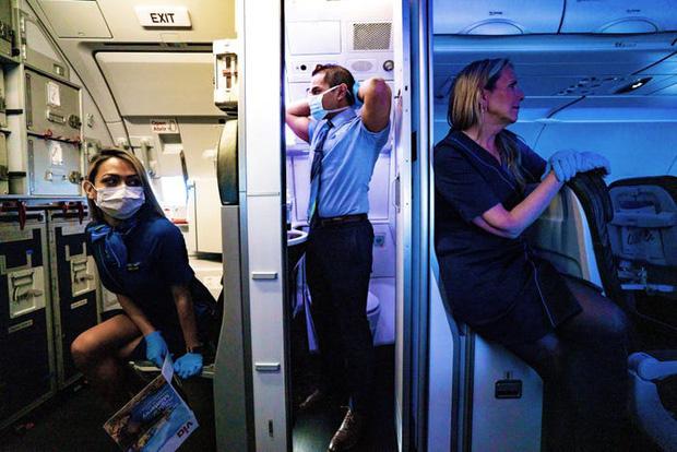 Chùm ảnh: Những chuyến bay chở theo nỗi buồn nặng trĩu của thế giới, chỉ còn một số hành khách đặc biệt tiếp tục bay giữa dịch Covid-19 - Ảnh 8.