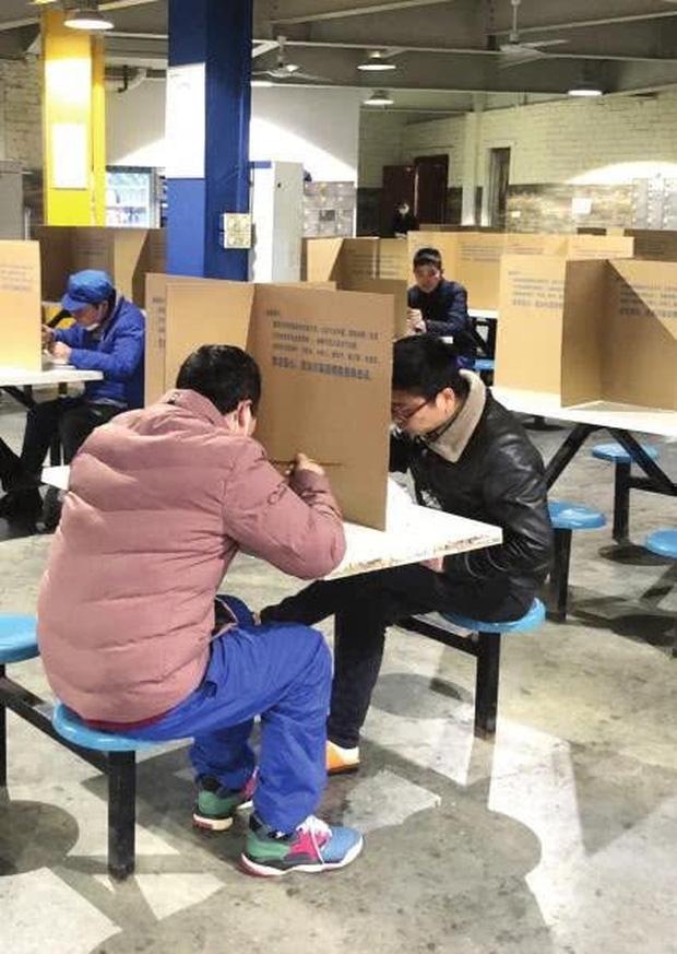 """Đi ăn nhưng vẫn không quên phòng dịch: Quán xá khắp châu Á tung ra một loạt """"chiêu thức"""" khó đỡ, hạn chế cho khách tiếp xúc với nhau - Ảnh 10."""
