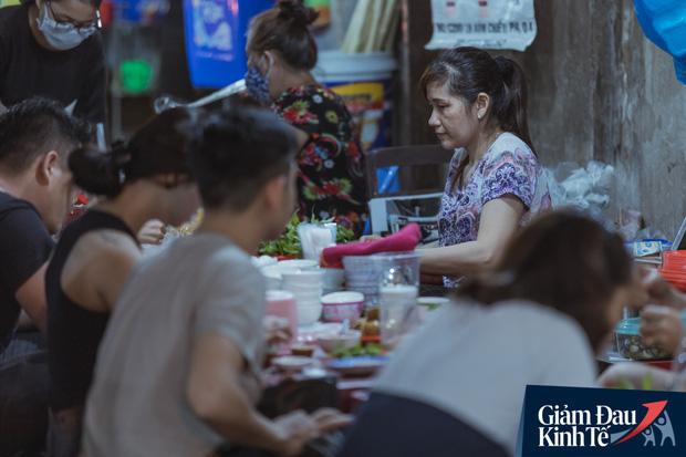 """Hàng quán tại khu chợ bình dân nức tiếng nhất Sài Gòn hậu cách ly xã hội: Cảnh tấp nập đã trở lại, người bán và mua vẫn """"đề phòng là trên hết"""" - Ảnh 11."""