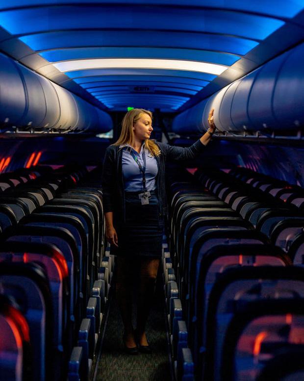 Chùm ảnh: Những chuyến bay chở theo nỗi buồn nặng trĩu của thế giới, chỉ còn một số hành khách đặc biệt tiếp tục bay giữa dịch Covid-19 - Ảnh 9.