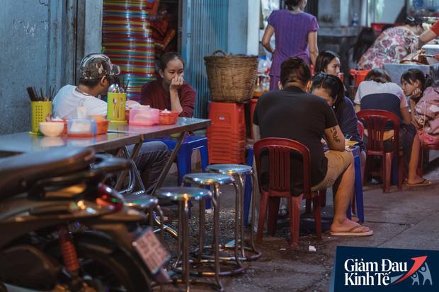 """Hàng quán tại khu chợ bình dân nức tiếng nhất Sài Gòn hậu cách ly xã hội: Cảnh tấp nập đã trở lại, người bán và mua vẫn """"đề phòng là trên hết"""" - Ảnh 12."""