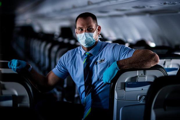 Chùm ảnh: Những chuyến bay chở theo nỗi buồn nặng trĩu của thế giới, chỉ còn một số hành khách đặc biệt tiếp tục bay giữa dịch Covid-19 - Ảnh 10.