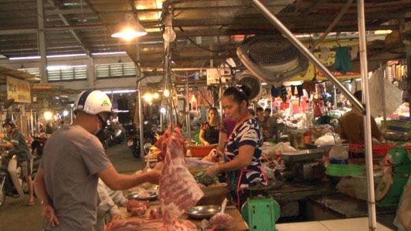 """Giá thịt lợn vẫn tăng hàng ngày giữa """"thủ phủ"""" chăn nuôi - Ảnh 1."""