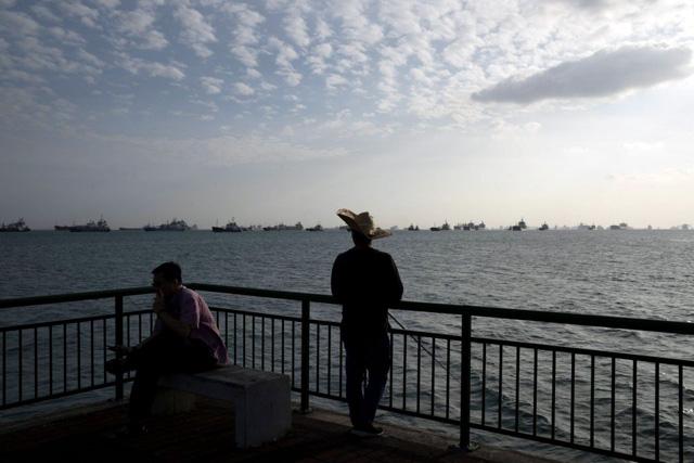 Tàu chở dầu neo đầy cảng ở Singapore vì không có người mua - Ảnh 1.