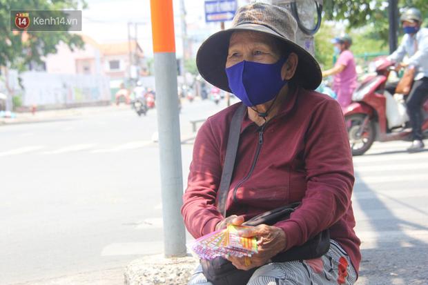 Cụ bà bật khóc khi vé số ở Sài Gòn được mở bán trở lại sau cách ly xã hội: Mừng lắm con ơi, tháng rồi ngoại ở nhà không biết làm gì cả - Ảnh 1.