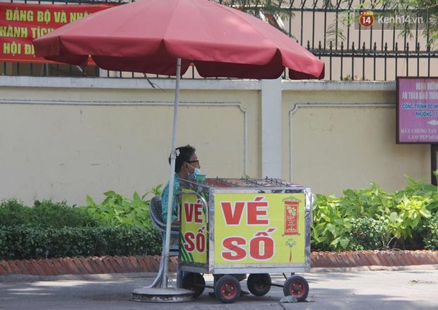 Cụ bà bật khóc khi vé số ở Sài Gòn được mở bán trở lại sau cách ly xã hội: Mừng lắm con ơi, tháng rồi ngoại ở nhà không biết làm gì cả - Ảnh 7.