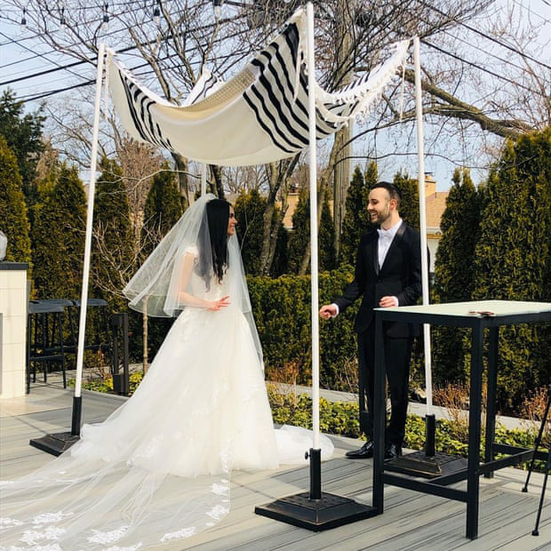 Gian nan chuyện kết hôn mùa Covid-19: Phải tổ chức đám cưới không khách qua Zoom, muốn dời lại cũng mất cả đống tiền - Ảnh 1.