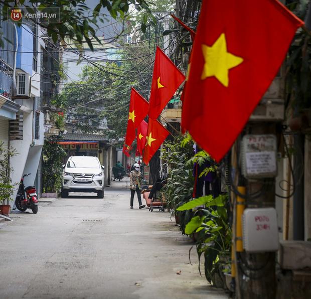 Phố phường Hà Nội rực rỡ cờ hoa dịp lễ 30/4 - Ảnh 1.