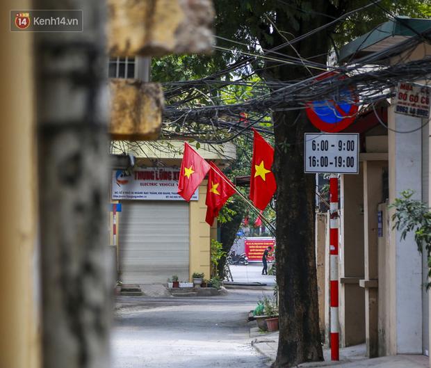 Phố phường Hà Nội rực rỡ cờ hoa dịp lễ 30/4 - Ảnh 2.