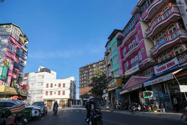 Khách du lịch tăng đột biến dịp nghỉ lễ, khách sạn ở Đà Lạt vẫn chưa cháy phòng như mọi năm - Ảnh 2.
