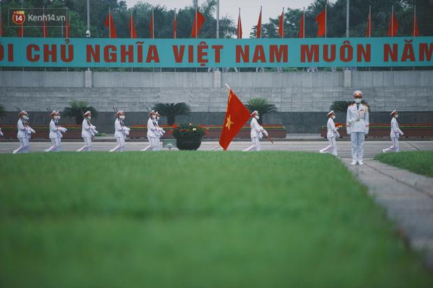 Buổi lễ thượng cờ thiêng liêng tại Quảng trường Ba Đình sáng 30/4: Được sống trong thời bình, không có chiến tranh là một điều rất hạnh phúc - Ảnh 2.