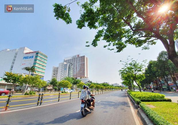 Ảnh: Ngắm một Sài Gòn yên bình trong sáng 30/4, mọi tuyến đường, góc phố phấp phới cờ hoa - Ảnh 1.