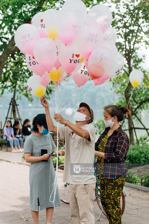 Ảnh: Hà Nội rực rỡ cờ hoa, người dân thảnh thơi tận hưởng nhịp sống bình yên dịp lễ 30/4 - Ảnh 12.