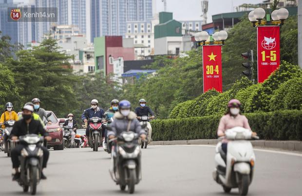 Phố phường Hà Nội rực rỡ cờ hoa dịp lễ 30/4 - Ảnh 7.