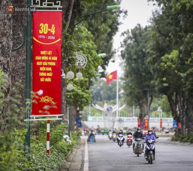 Phố phường Hà Nội rực rỡ cờ hoa dịp lễ 30/4 - Ảnh 8.