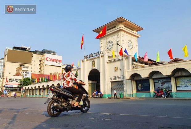 Ảnh: Ngắm một Sài Gòn yên bình trong sáng 30/4, mọi tuyến đường, góc phố phấp phới cờ hoa - Ảnh 10.