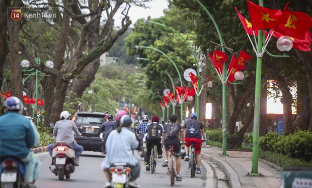 Phố phường Hà Nội rực rỡ cờ hoa dịp lễ 30/4 - Ảnh 10.