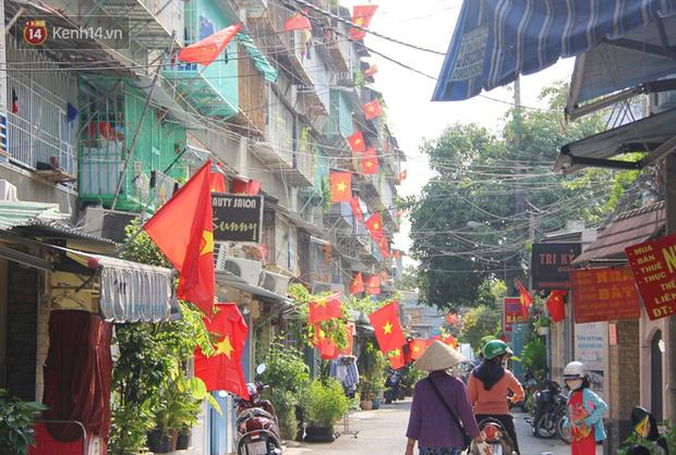 Ảnh: Ngắm một Sài Gòn yên bình trong sáng 30/4, mọi tuyến đường, góc phố phấp phới cờ hoa - Ảnh 11.