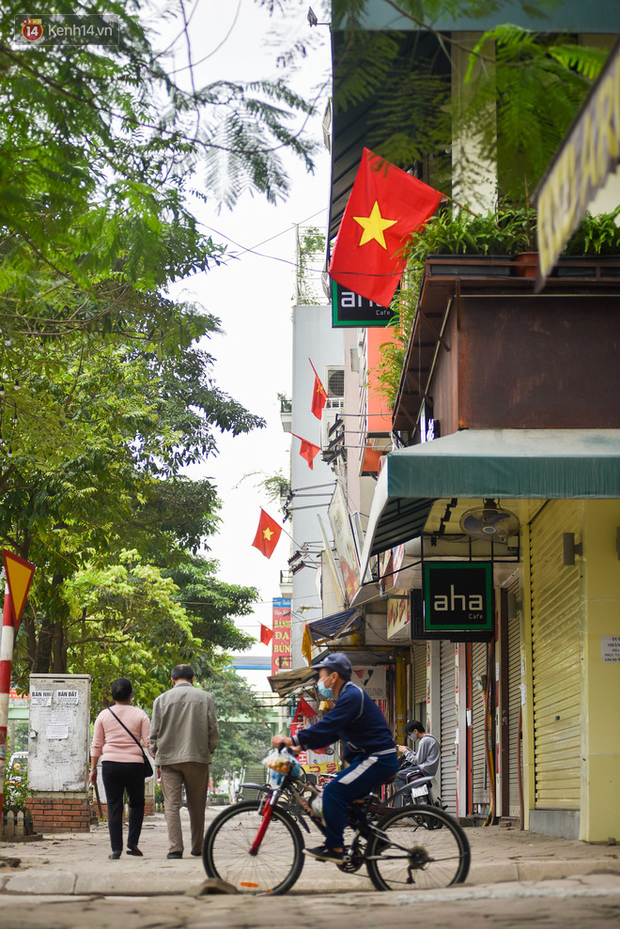 Phố phường Hà Nội rực rỡ cờ hoa dịp lễ 30/4 - Ảnh 13.