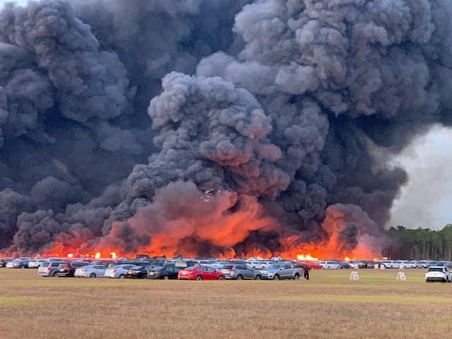 Cháy lớn tại sân bay Florida, Mỹ khiến 3.500 phương tiện bị hư hại - Ảnh 1.