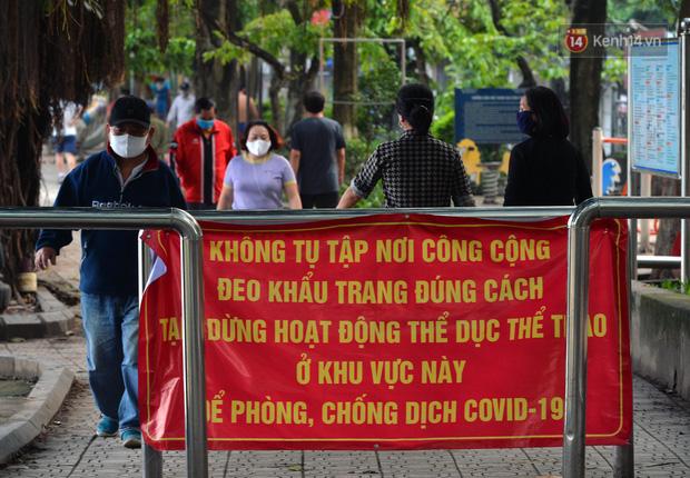 Ảnh: Bất chấp đang trong thời gian cách ly xã hội, các tuyến phố Hà Nội bỗng tấp nập dù không phải giờ cao điểm, nhiều bạn trẻ rủ nhau ra ngoài hẹn hò - Ảnh 2.
