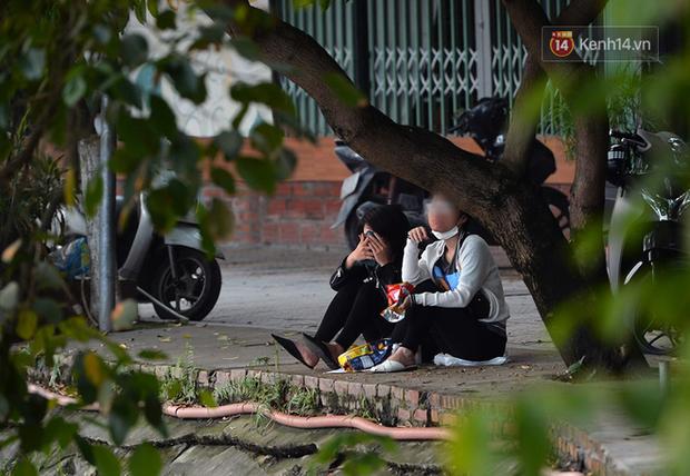 Ảnh: Bất chấp đang trong thời gian cách ly xã hội, các tuyến phố Hà Nội bỗng tấp nập dù không phải giờ cao điểm, nhiều bạn trẻ rủ nhau ra ngoài hẹn hò - Ảnh 12.