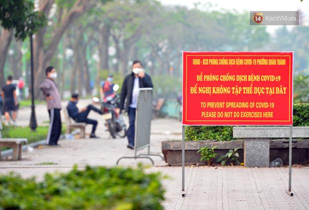 Ảnh: Bất chấp đang trong thời gian cách ly xã hội, các tuyến phố Hà Nội bỗng tấp nập dù không phải giờ cao điểm, nhiều bạn trẻ rủ nhau ra ngoài hẹn hò - Ảnh 13.