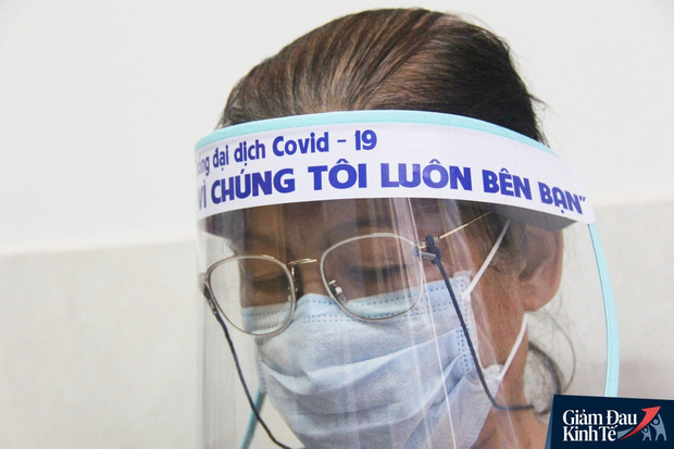 Gặp nữ tiểu thương Sài Gòn xuất hiện trên loạt báo quốc tế khi cùng nhóm bạn tự làm hơn 1.500 chiếc mặt nạ ngăn giọt bắn, tặng các y bác sĩ chống dịch Covid-19 - Ảnh 15.